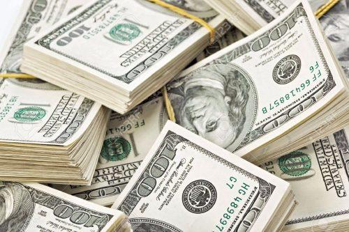 7319584-Nombreux-liasse-de-billets-de-banque-de-100-dollars-US-Banque-d'images