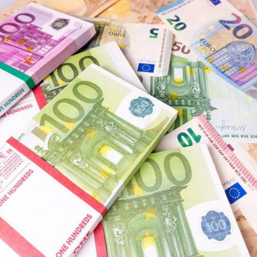 euro-billets-de-banque-d-argent-pile-d-argent-d-euros-fond-avec-l-euro-m-81243883
